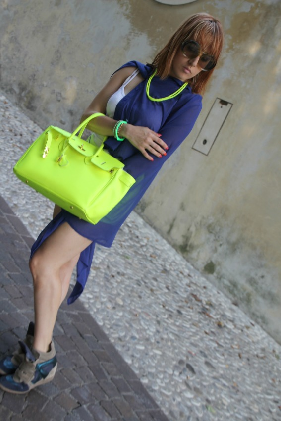 OUTFIT LATO Lemarè wedge sneakers and neon shorts