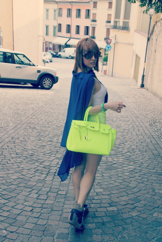 OUTFIT RETRO Lemarè wedge sneakers and neon shorts