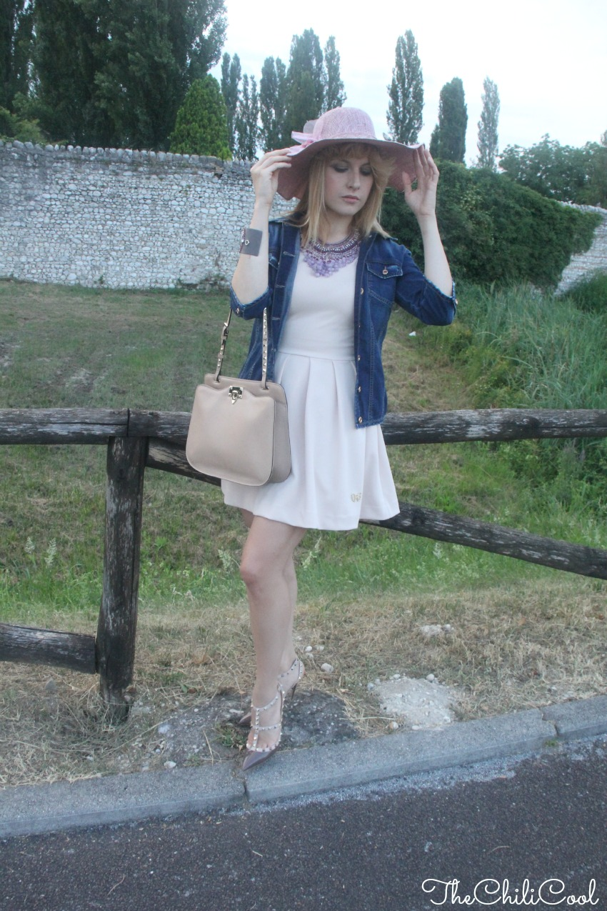 alessia milanese, thechilicool, fashion blog, fashion blogger, La romantica luce del tramonto, tra abitini rosa cipria e una denim jacket, valentino rockstud bag and shoes