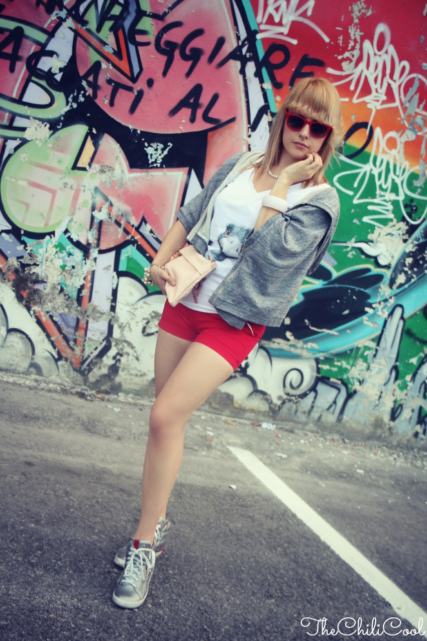 alessia milanese, thechilicool, fashion blog, fashion blogger,take it easy. mood basic con shorts rossi e sneakers effetto lamè