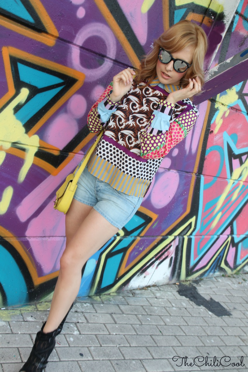 OUTFIT BLUSA CHOIES SHORTS RUM JUNGLE SUNGLASSES HYPE Urban metropolitano ed una blusa a fantasia