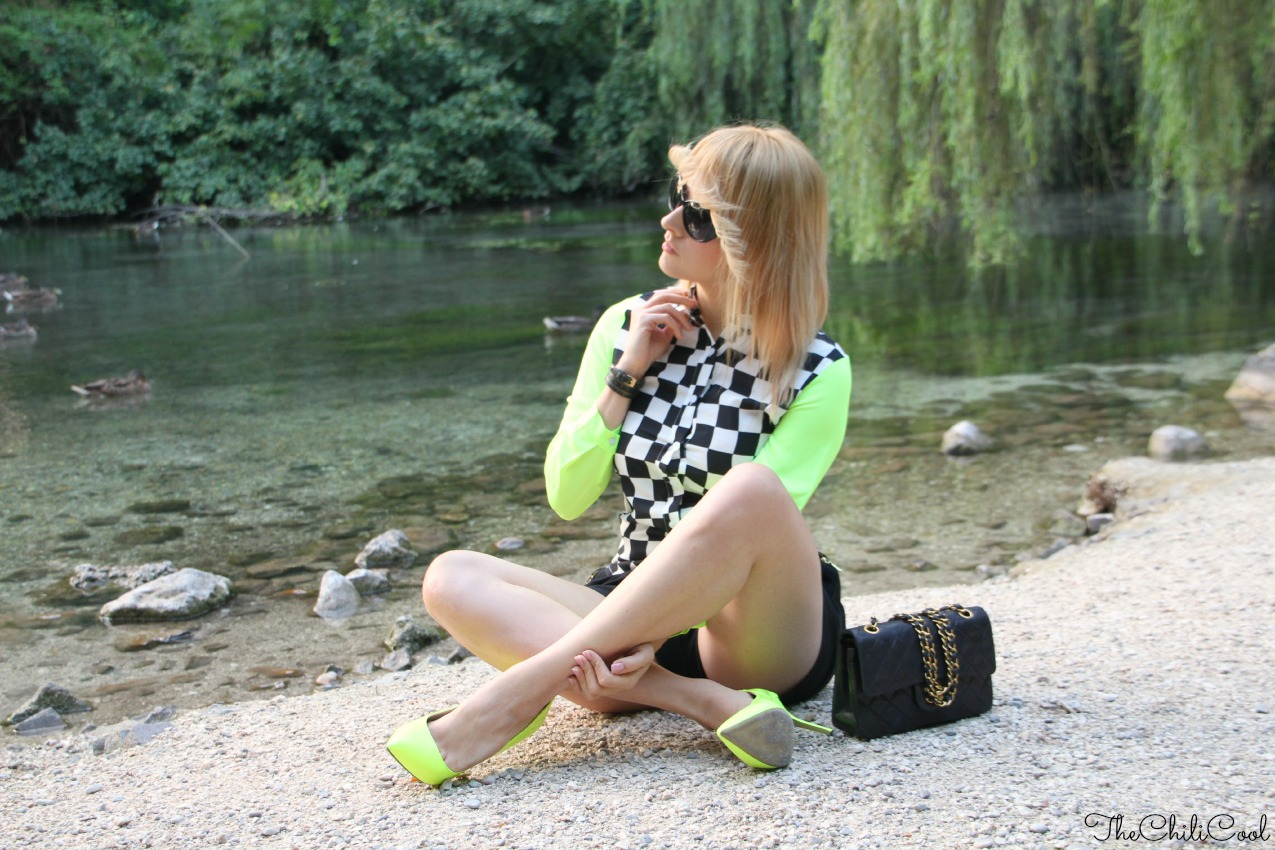alessia milanese, thechilicool, fashion blog, fashion blogger,una blusa checked in black and white e cenni di neon green, chanel 2.55 bag
