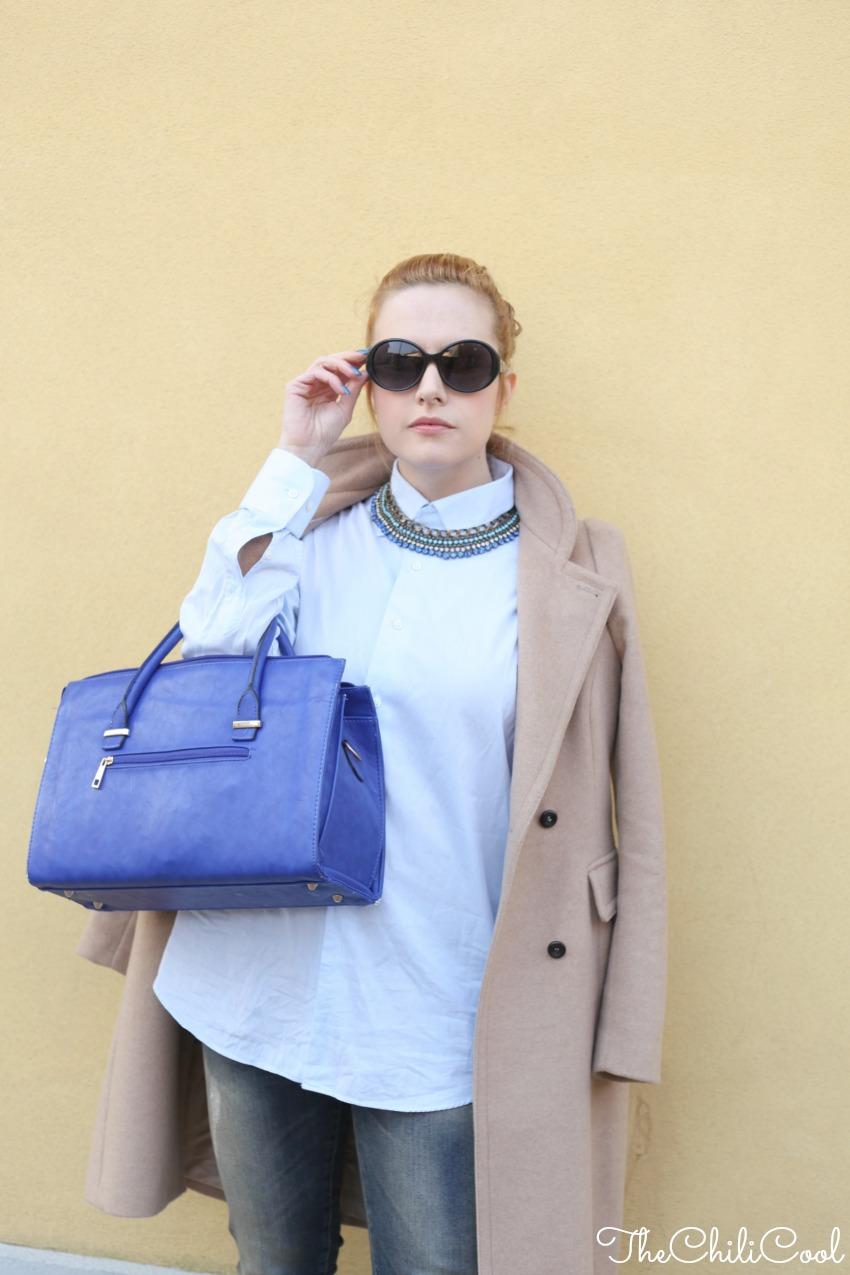 #2w2m #urbancharm look elegante con cappotto cammello e dettagli blu