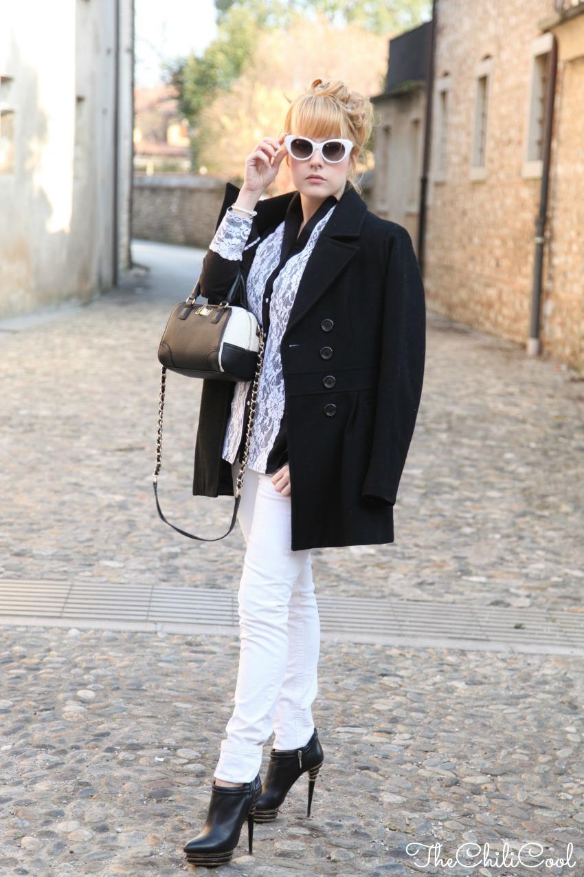 black & white series #5 camicia nera con ricami in pizzo e jeans bianchi