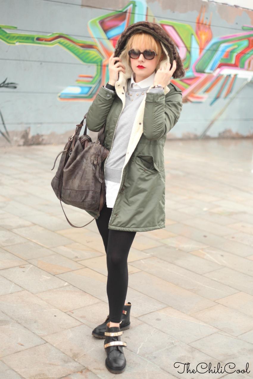outfit per i giorni di pioggia parka e anfibi con dettagli dorati