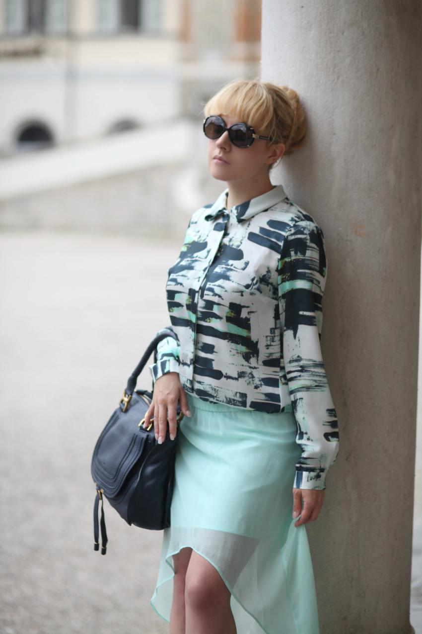 Blusa stampata e gonna verde menta - Outfit chic del martedì