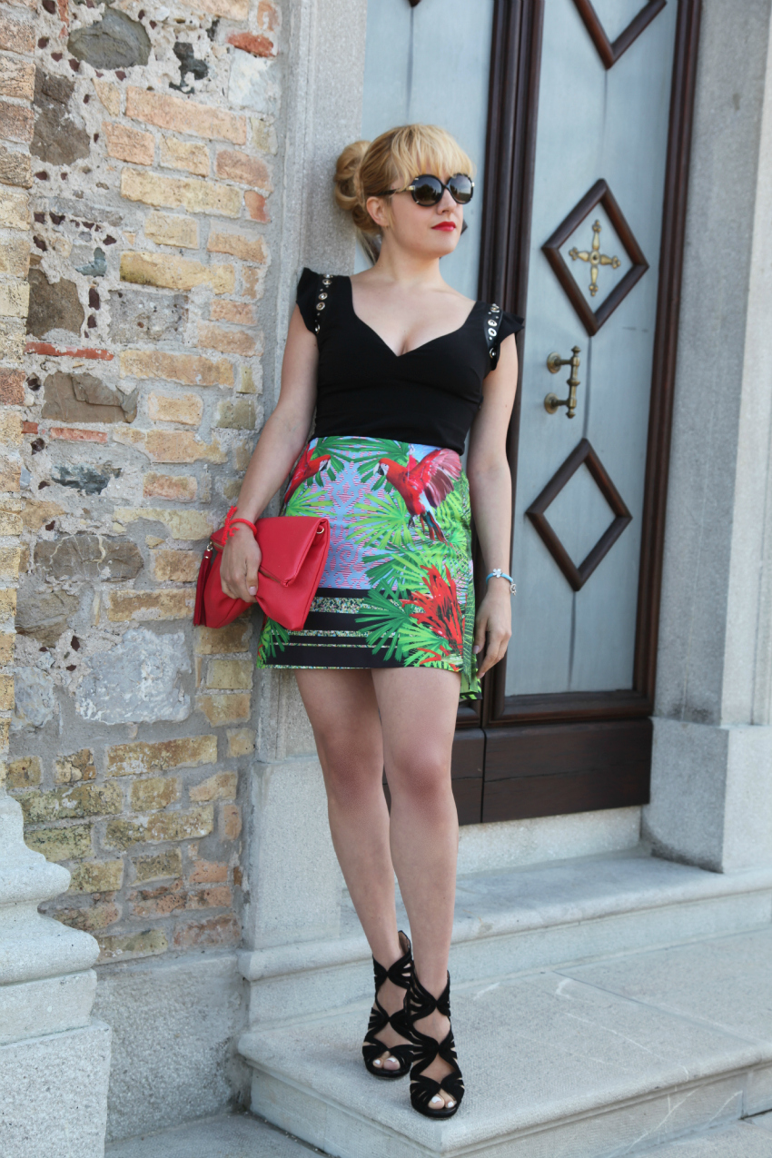 Top nero e skirt dalla stampa esotica - Chic outfit del lunedì, alessia milanese, thechilicool, fashion blog, fashion blogger, pinko skirt and top, sandali cinti