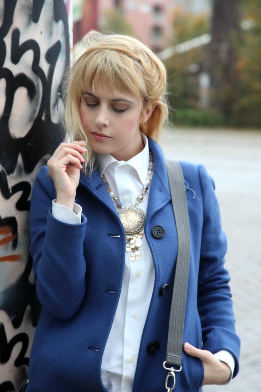 Chic&comfy: cappotto blu e borsa color cuoio