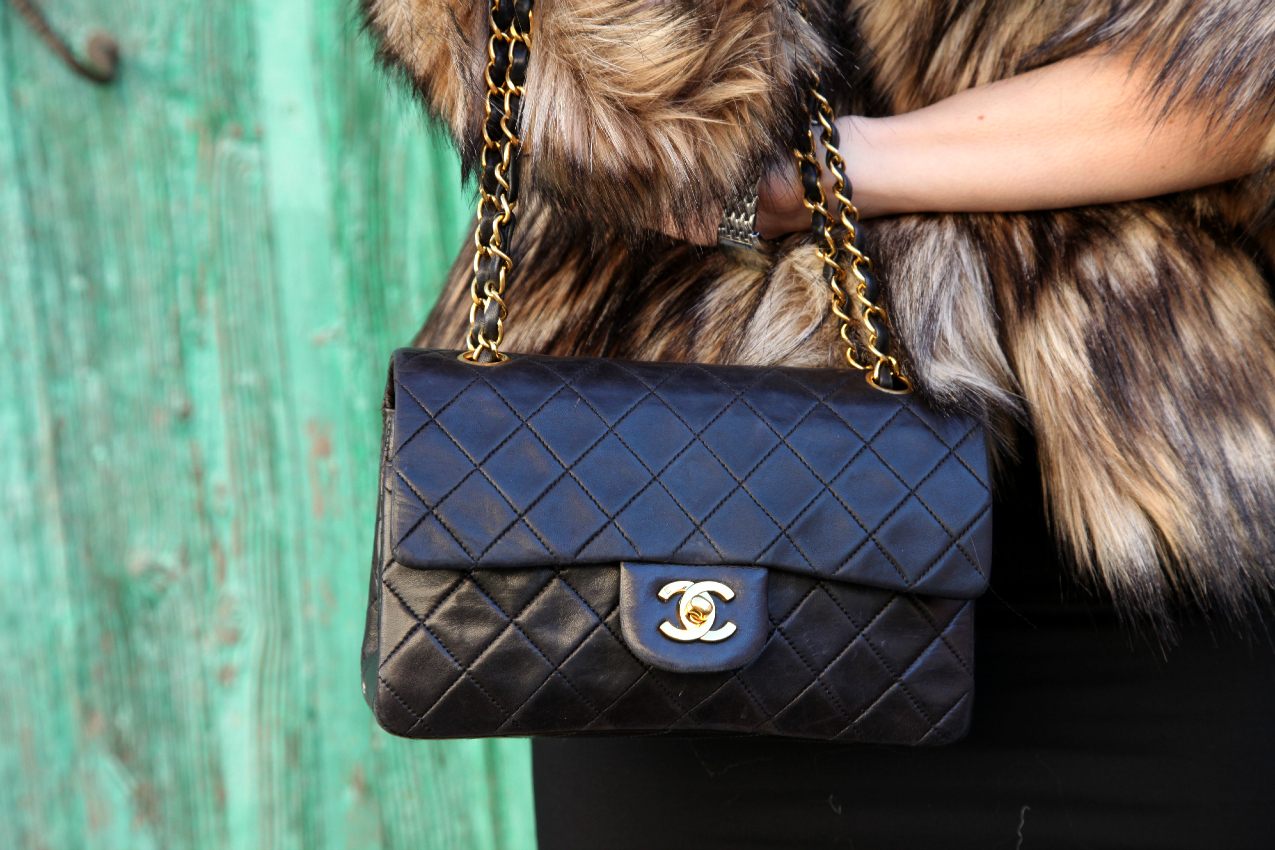Outfit per le feste: tubino nero e fur racket, alessia milanese, thechilicool, fashion blog, fashion blogger, chanel 2.55 bag