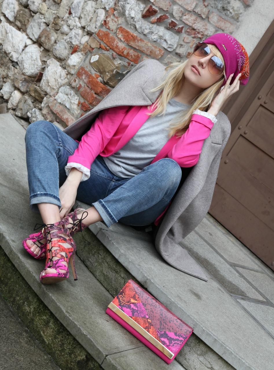 Cuori che si ascoltano e brandelli di vita a tinte rosa, alessia milanese, thechilicool, fashion blog, fashion blogger, cappotto peserico, sandali aldo , beanie cuffie regina